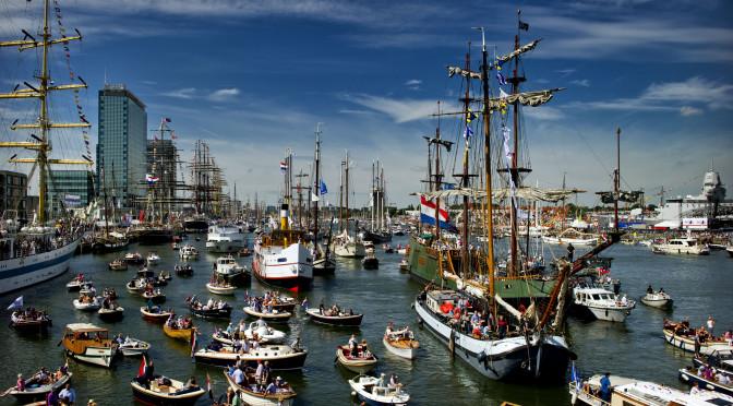 Drukte met bezoekers in Amsterdam vrijdag op Sail 2010. Het nautisch evenement vindt nog tot en met maandag plaats op en rond het Amsterdamse IJ.